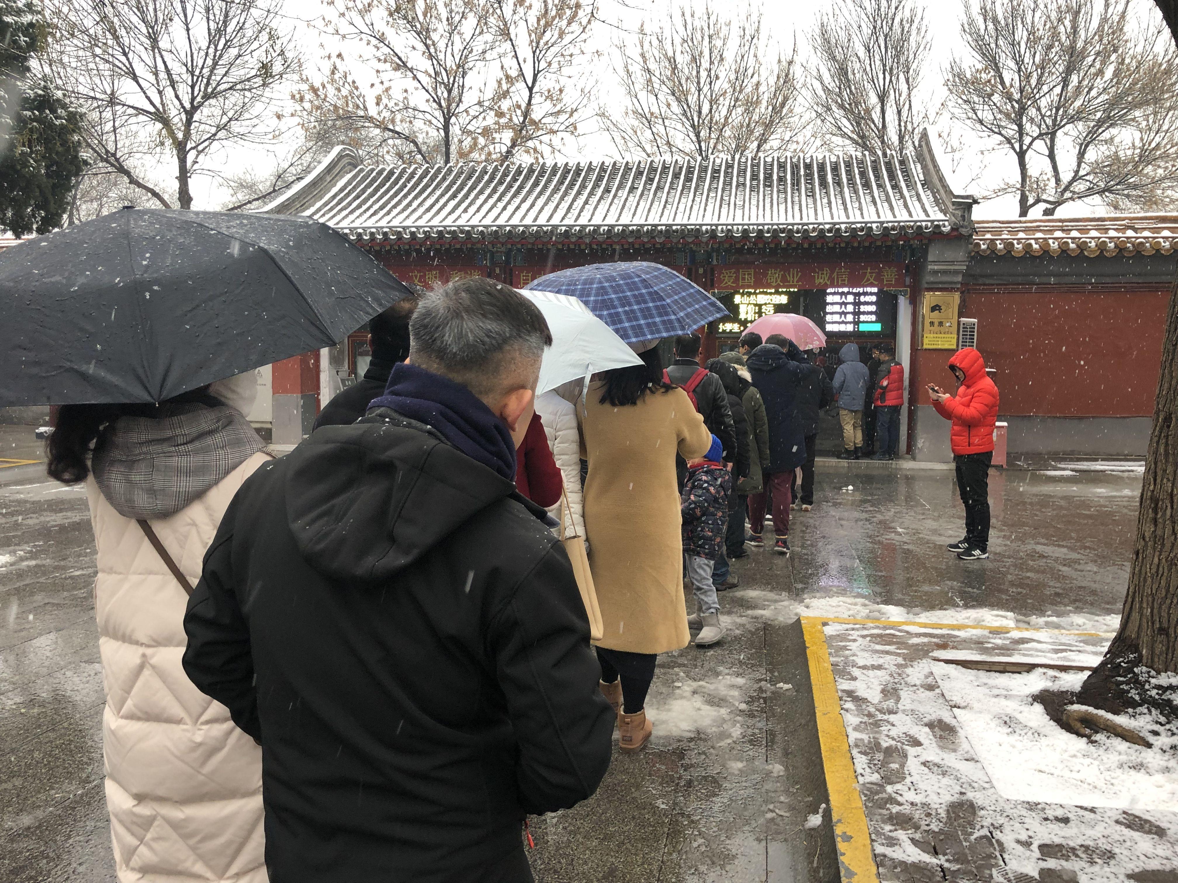 雪落京城景山公园成热门打卡地,有市民摸黑排队等开园