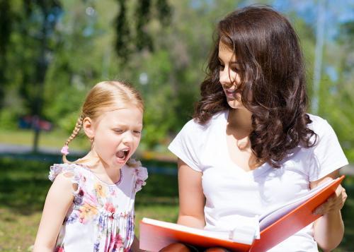 青岛悦宝园提醒:孩子看书总是左顾右盼,怎么办?