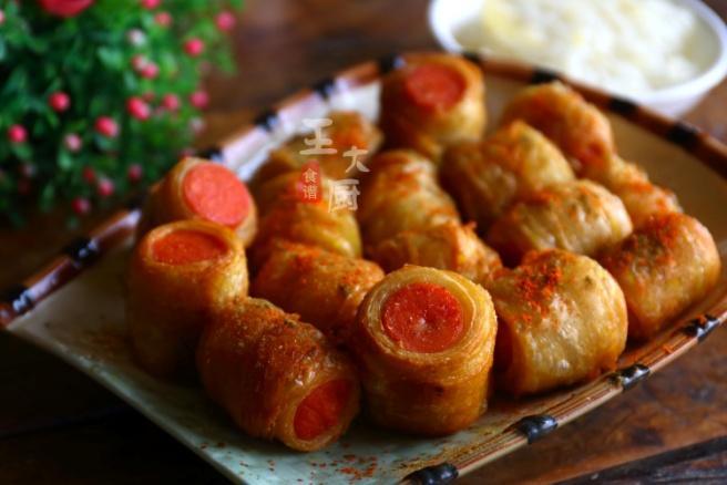 酥炸手抓饼香肠卷:香酥可口,咸辣开胃,一定是最简单的家常小吃