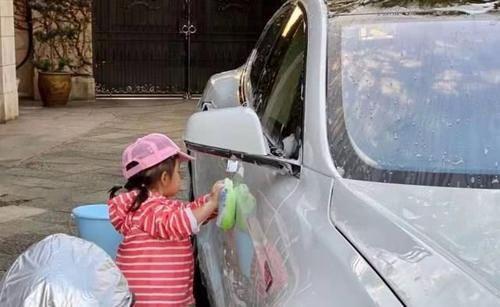 霍启刚晒孩子近照,兄妹合力赚零花钱,父母教育方式才是亮点