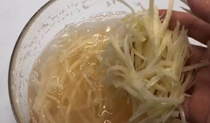 生活小窍门:洗完土豆丝的水一滴也别倒了用途花钱都难买看完感觉赚大了