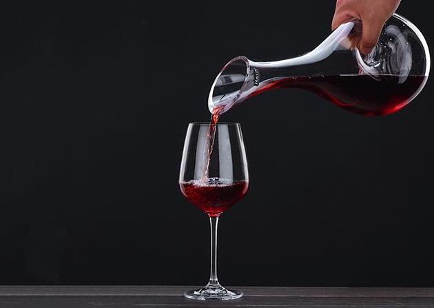 """喝红酒时,为什么只倒""""三分之一""""杯?看完让你更懂酒,涨知识了"""