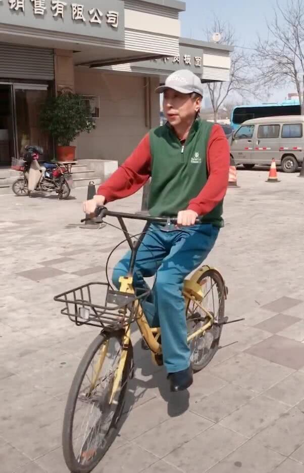 62岁冯巩骑单车穿着朴素接地气,连续32年在春晚过年值得尊敬_小品