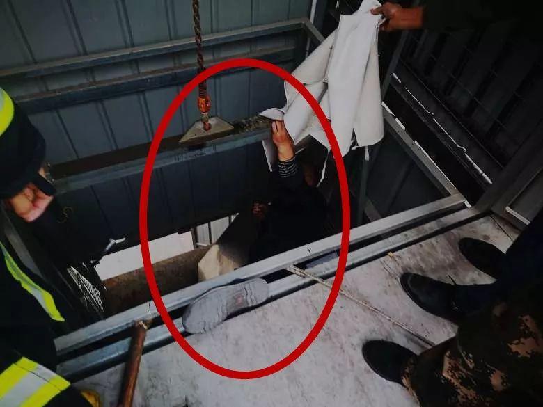 电梯突然坠落,男子腿被夹断,人吊在轿厢内……视频触目惊心!