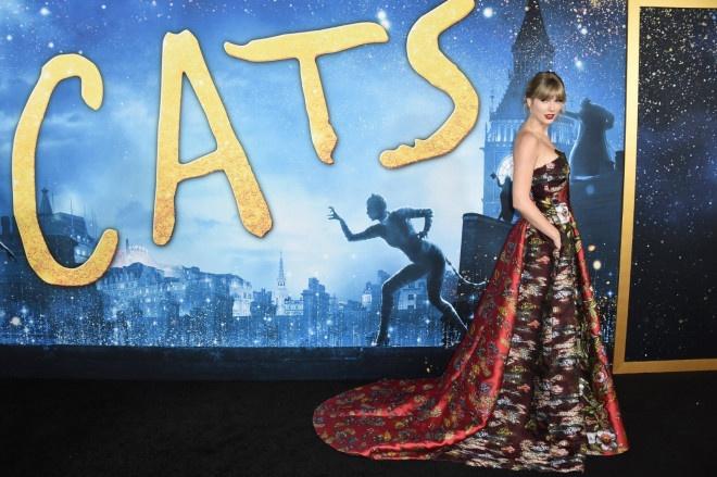 泰勒·斯威夫特华美红裙亮相《猫》首映礼