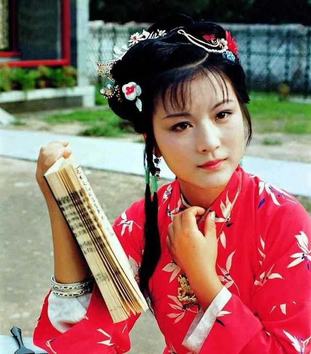 被迫搬离大观园后,薛宝钗露出了本来面目,史湘云对此说了两个字