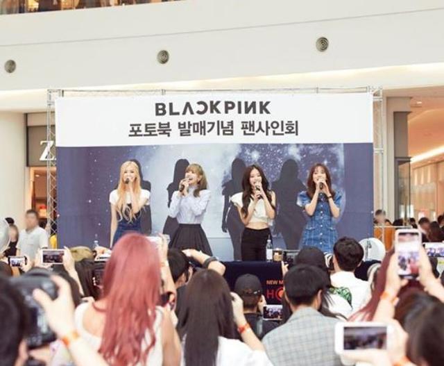 粉丝直接在YG公司门前抗议,要求让BLACKPINK赶紧回归