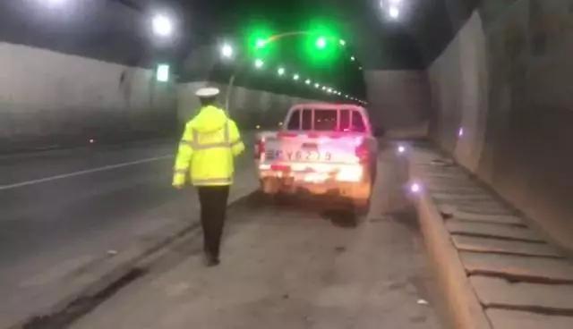 驾驶员在高速隧道内停车呼呼大睡,驾驶证