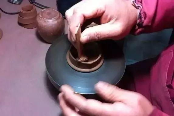 紫砂壶盖内有一丝丝的螺旋纹,是不是手拉胚壶?