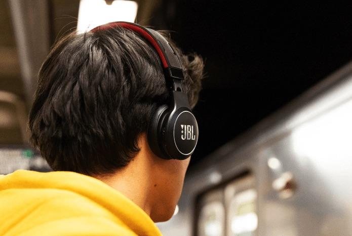 JBL头戴式耳机可实现太阳能与室内灯光充电