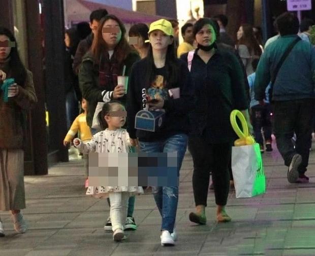 50岁伊能静带3岁女儿逛街,素颜身材都能打,曾为备孕胖成大妈