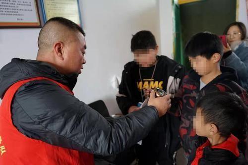 """""""针心针意""""暖冬活动:志愿者探访新密两所山区小学,265名孩子将收到暖心礼物"""