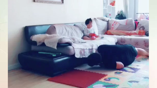 沙发底下掉东西爸爸拿不到,妈妈轻松抬起沙发,看傻爸爸