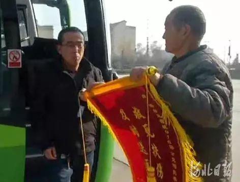 河北临城:乘客突发心脏病 公交秒变救护车
