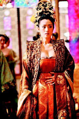 霉霉仿巩俐黄金甲造型现唐宫王者风范,年底跑趴女王装宜C位出场_礼服