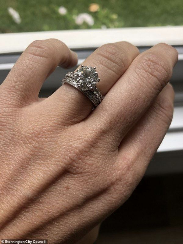 也是厉害!墨尔本夫妇翻遍30吨垃圾,找回结婚戒指!澳媒:童话结局!