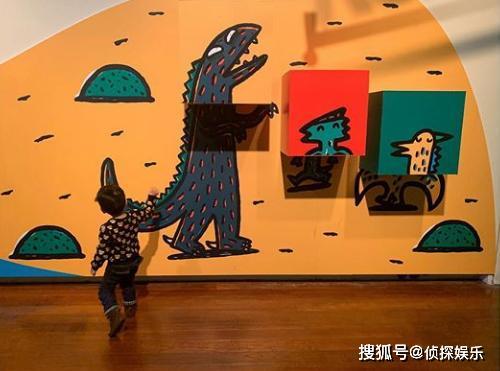陈妍希久违晒儿子,3岁小星星长高了,踮脚摸恐龙壁画超可爱