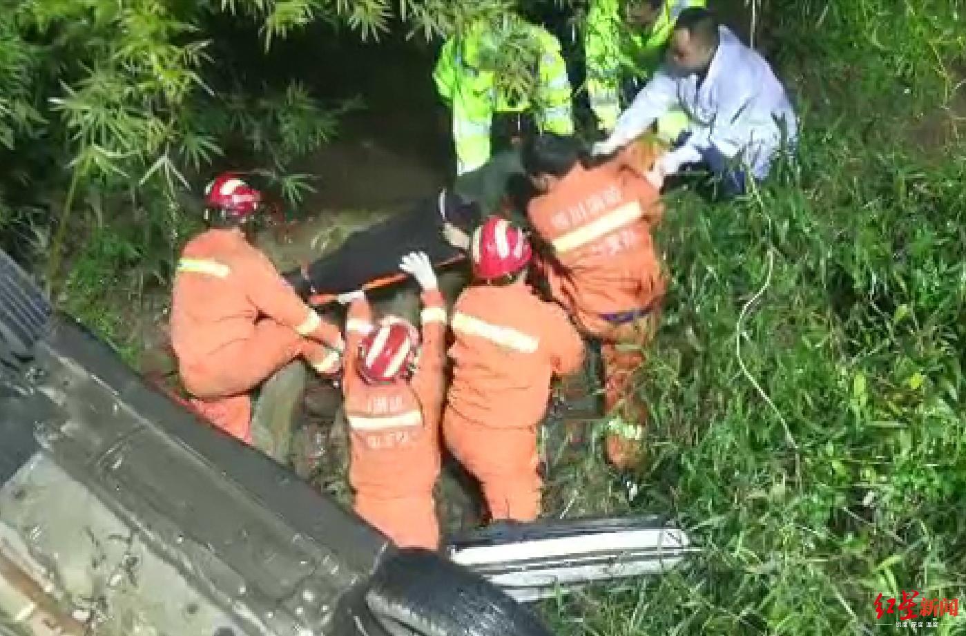 四川乐山一越野车弯道冲进山沟2人受伤司机称刹车和方向盘失灵