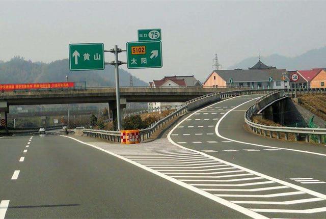 高速的出入口或者服务区的出入口处