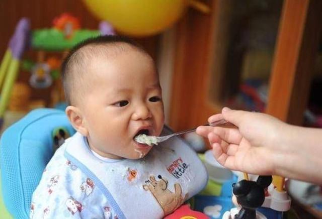 2岁孩子肠胃负担过重,儿科医生直言:这3种饭不要长期给孩子吃