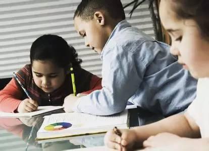 为啥孩子作业少了、放学早了,家长却越来越累?