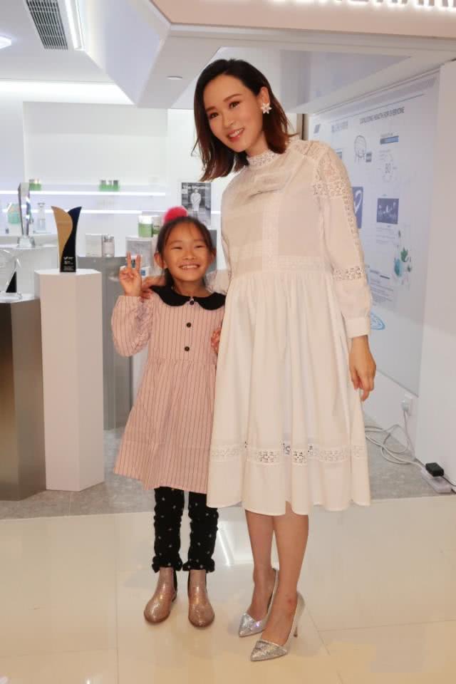 41岁港姐冠军挺孕肚现身活动,7个月脚踩高跟鞋,8岁女儿陪伴同行 作者: 来源:猫眼娱乐V