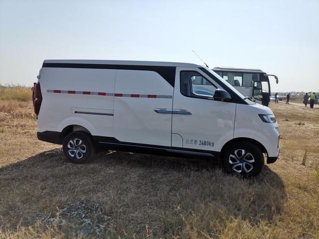 开北汽EV5邂逅鄱阳湖平原 不耽误装货的一辆房车