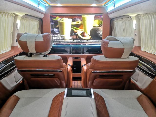 其实有奔驰商务车,既私密又舒适又豪华