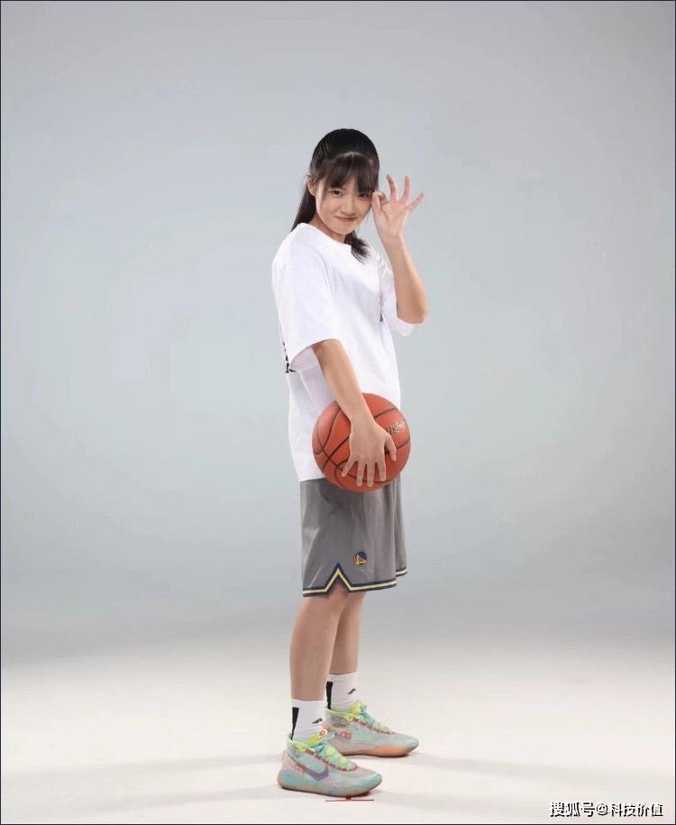 """""""篮球少女哎哟薇"""":场上激烈对抗,场下甜美如花"""
