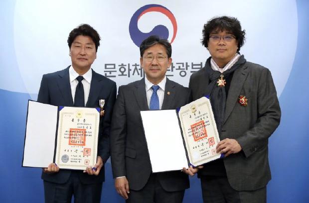 <b>奉俊昊宋康昊双双获得韩国文化奖章</b>