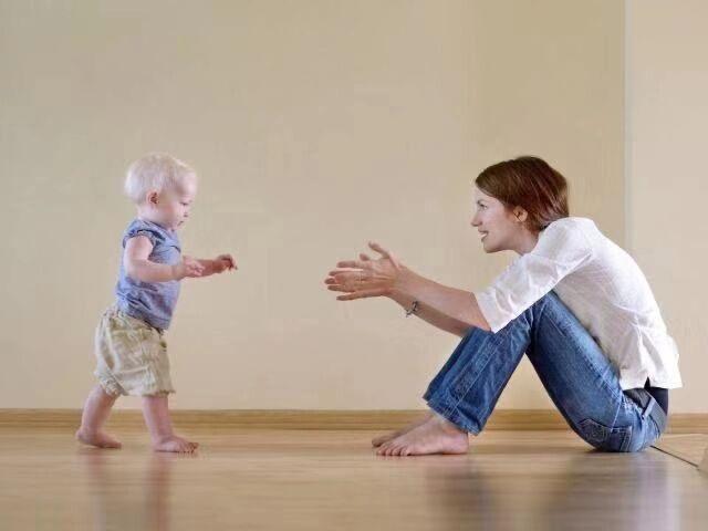 宝宝什么时候才能走路?原来走路时间早晚差距,跟3个原因有关