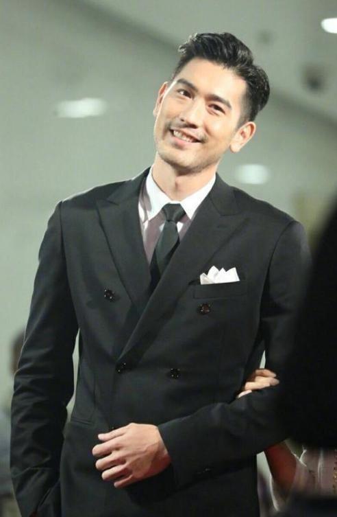 <b>高以翔绝对是穿绿色西装最帅的男星,帅气中带着成熟与稳重!</b>