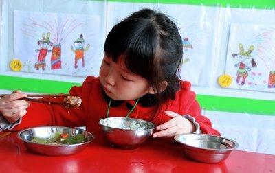 2岁男孩肠胃负担过重,儿科医生直言:3种饭不能长期给宝宝吃