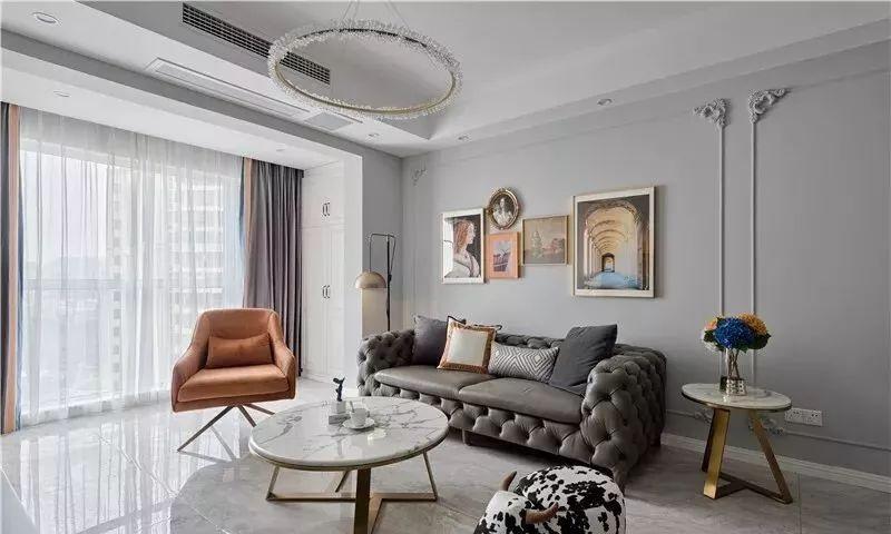 客餐厅通铺大理石纹瓷砖,灰色沙发背景,大理石电视墙, 奠定了整个空间