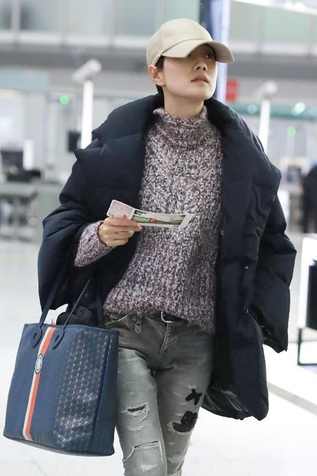 马伊琍走机场穿破烂裤?衣服也很普通,但一个包就是一万块!_马伊俐
