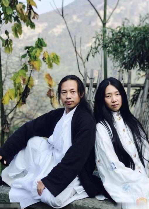 男子隐居千米深山8年,与女弟子结婚生娃,弹古琴饮山泉逍遥自在