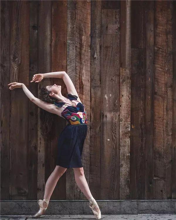 平凡街道上的优雅舞者