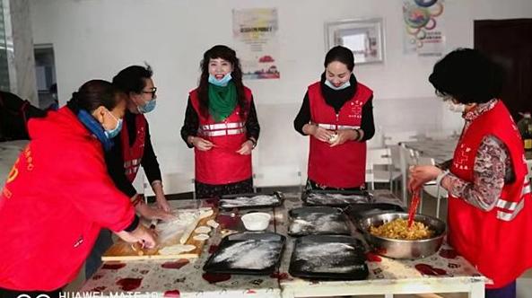 今年依旧在 九度饺子情——爱在身边公益联盟的志愿者们为残障儿童们包饺子