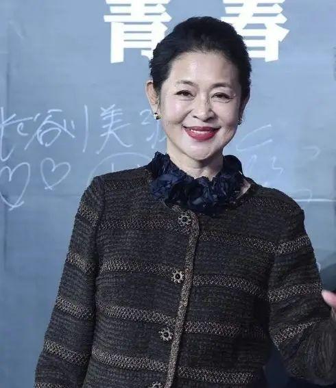 60岁的倪萍真是个潮奶奶,化浓妆还抹大红唇,眼角皱纹毫不掩饰!