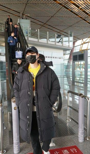 魏大勋现身机场被拍穿杨幂代言品牌服装,网友吐槽这是想上位了
