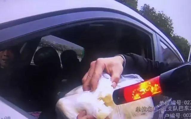 <b>一司机被查出酒驾,最后结局亮了,罪魁祸首居然是包子……</b>