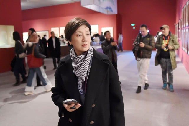 邓婕现身博物馆,穿搭俗套又普通,但打扮优雅看着舒服!