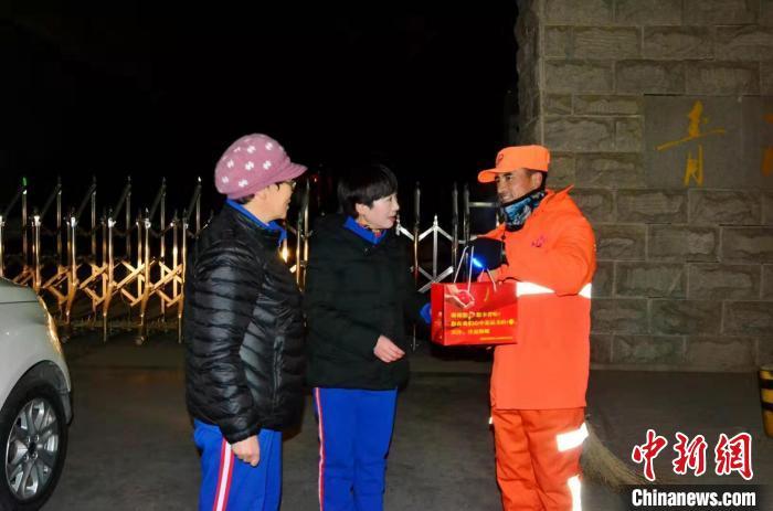 青海一志愿者团队连续六年冬至日为环卫工人送水饺