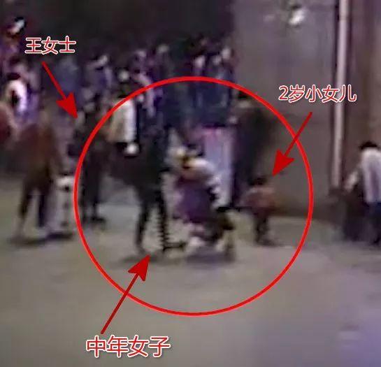 视频惊心!陌生女子火车站抱起2岁女童就跑,好在亲妈一把抢回来