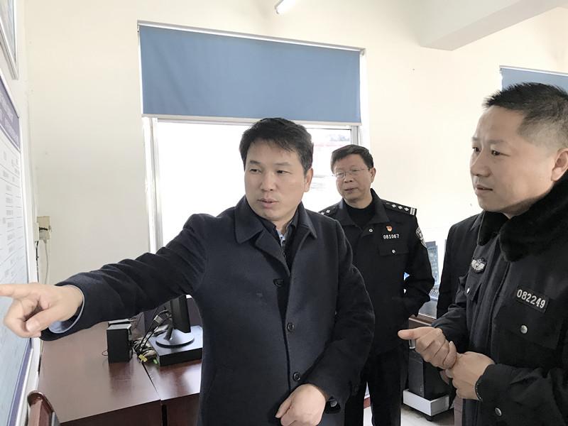 市委常委政法委书记张明体深入唐河县局城郊派出所调研指导工作