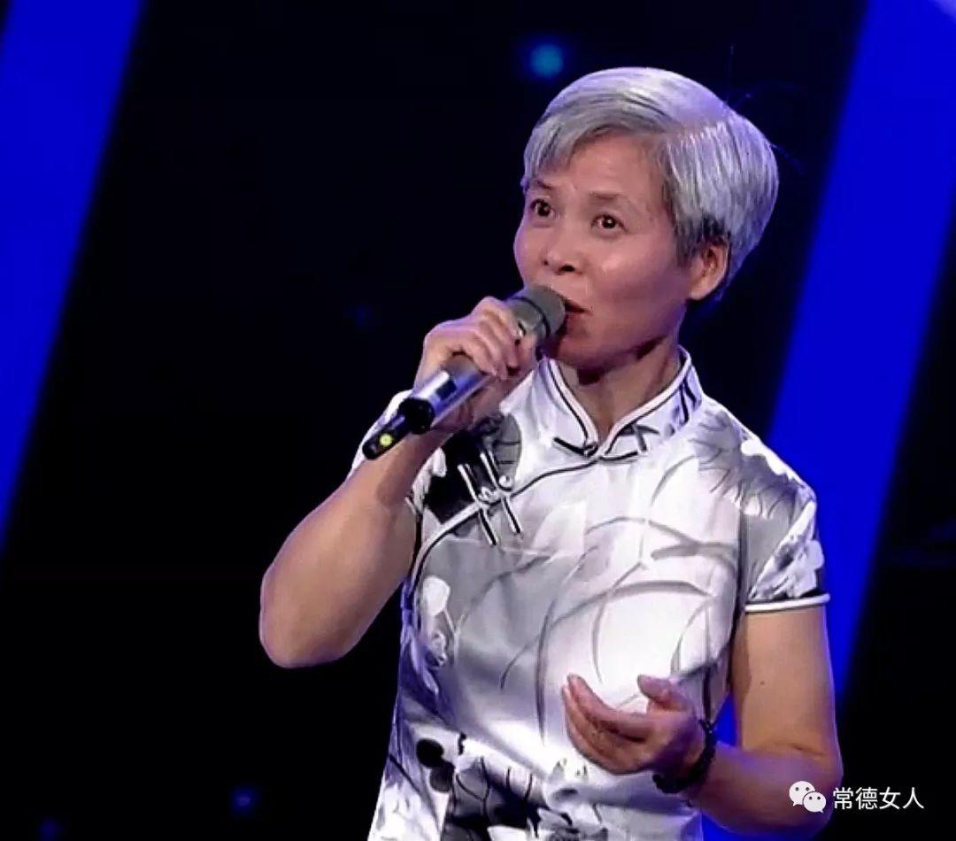 53岁的常德女人挑战《星光大道》年度决赛中外歌唱家艺人齐助她闯关夺冠