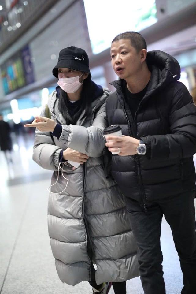 姚晨穿羽绒服走机场,内搭连帽卫衣挺时髦,但素颜脸稍显疲惫!