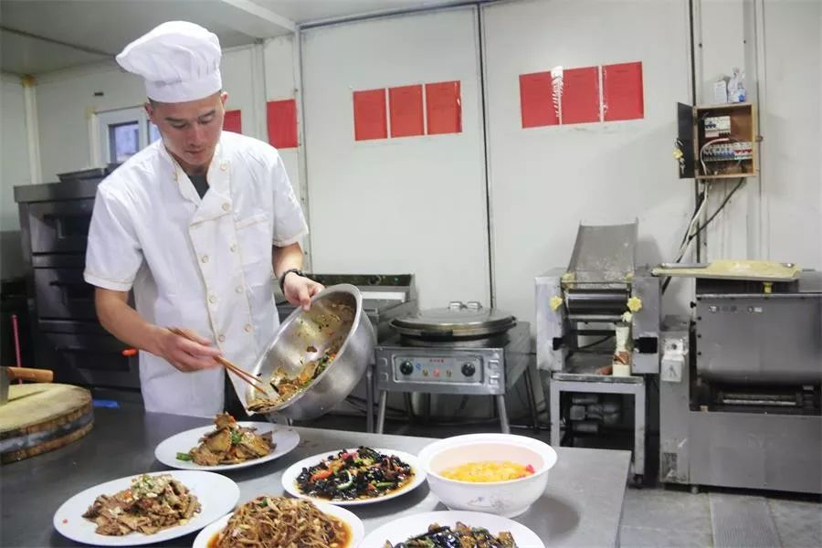 """<b>一大波美食来袭!中国维和部队在非洲演绎""""炊事班的故事""""</b>"""