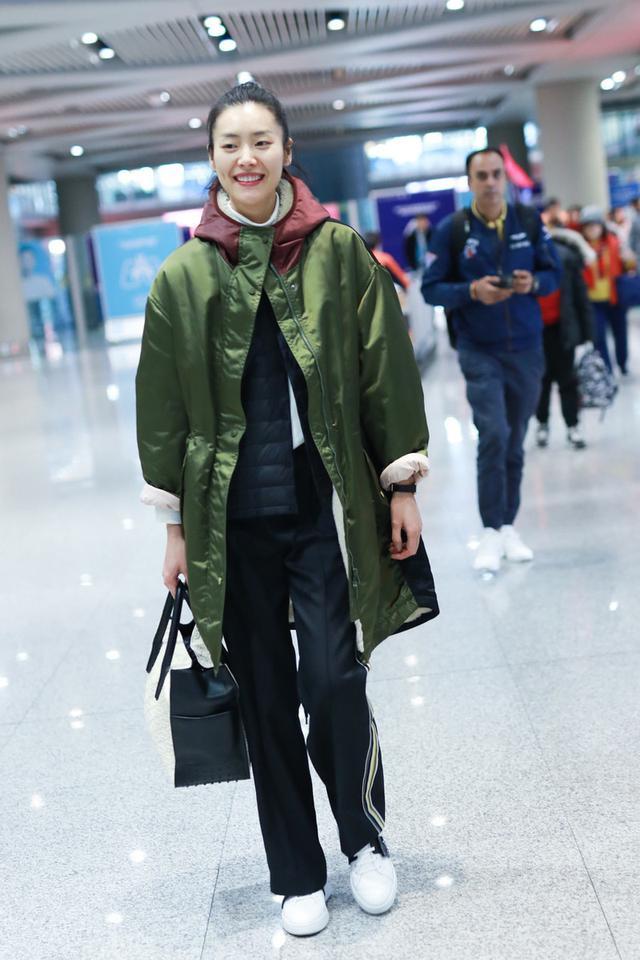 刘雯解锁新时尚!把羽绒服当打底衫穿也高级,不愧是顶级超模