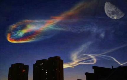 秦皇岛出现了五彩祥云,像是织女的纺纱